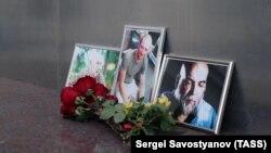 Цветы у Дома журналиста в память о Орхане Джемале, Кирилле Радченко и Александре Расторгуеве, убитых в Центральноафриканской Республике