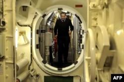 دیوید کامرون در زیر دریایی اج ام اس ویکتوریوس