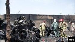 Спасатели на месте крушения иранского самолета. Тегеран, 10 августа 2014 года.