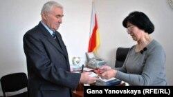 Председатель Центризбиркома Бела Плиева лично вручила первое кандидатское удостоверение официально зарегистрированному кандидату