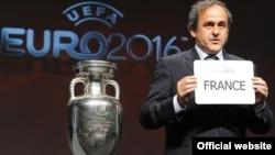 Президент УЕФА Мишель Платини объявляет, что хозяйкой Евро-2016 будет Франция