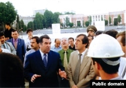 Tajik President Emomali Rahmon and Mahmadsaid Ubaidulloev talking to construction workers in Dushanbe. (file photo)