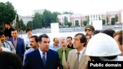 Президент Таджикистана Эмомали Рахмон и Махмадсаид Убайдуллоев беседуют со строителями в Душанбе. Архивное фото