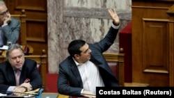 Премьер-министр Греции Алексис Ципрас голосует за новое название Македонии.