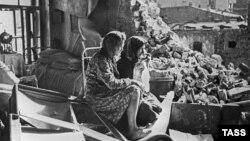 Великая Отечественная война. Женщины на развалинах своего дома