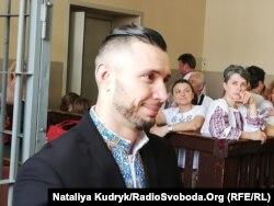 Віталій Марків на передньому плані, жінка у вишиванці з правого боку, яка дивиться на нього – мама Віталія, Оксана Максимчук