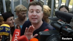 Георгий Тугуши общается с журналистами перед Глданской тюрьмой. 21 сентября 2012