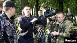 """Милиционер в штатской одежде препятствует съемке акции """"Революция через социальные сети"""" в Минске, 29 июня 2011"""