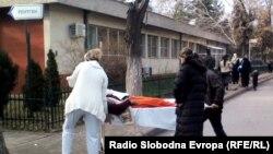 Роднини ги разнесуваат пациените од една на друга Клиника на Клиничкиот центар во Скопје.