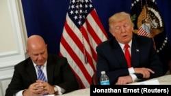 AQSh prezidenti Donald Tramp (o'ngda) milliy xavfsizlik masalalari bo'yicha maslahatchisi H.R.MakMaster bilan
