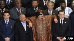Ön cərgədə soldan - Tunisin devrilmiş prezidenti Ben Ali, Yəmənin indi kütləvi etiraz aksiyaları ilə üzləşmiş prezidenti Ali Abdullah Saleh, Liviyanın öz vətəndaşlarının keçirdiyi mitinqləri bombalayan, indi də beynəlxalq kolaisya qüvvələri ilə üz-üzə qal