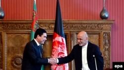 Türkmenistanyň we Owganystanyň prezidentleri G.Berdymuhamedow (ç) we A.Ghani (s), Kabul, 27-nji awgust, 2015.