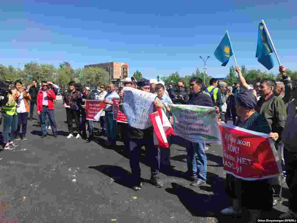 По словам репортера Азаттыка, в митинге участвовало около сотни людей.