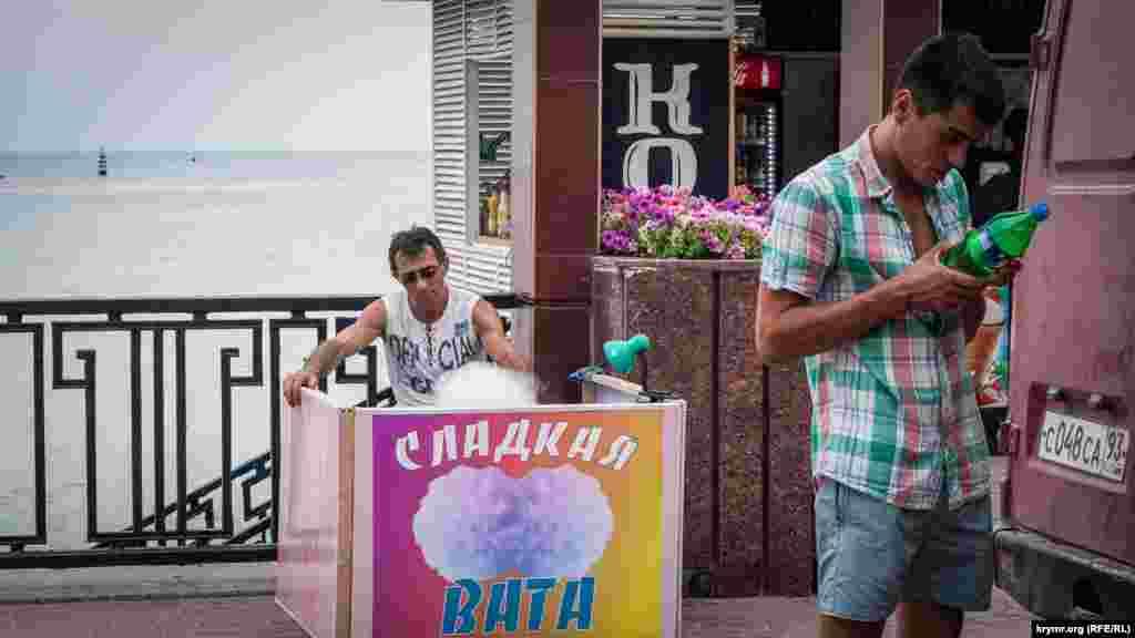Популярностью пользуется и разноцветная сладкая вата