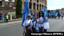 Кыргызстандыктар этникалык фестивалда, Италия (ортодогу Мунара Сыдыкова)