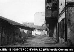 Травень 1943 году, задні двор аднаго зь менскіх дамоў
