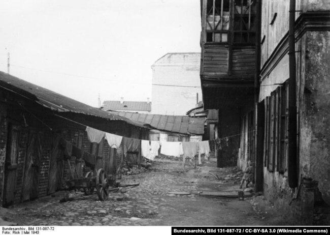 Май 1943 года, задний двор одного из минских домов