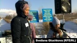 Участница митинга против выселений Сандугаш Серибаева с дочерью Каракат. Астана, 22 декабря 2013 года.