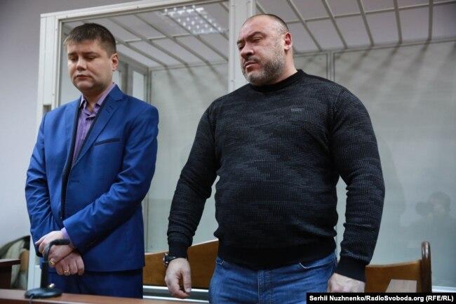 Обвинувачений (справа) та його адвокат під час оголошення вироку