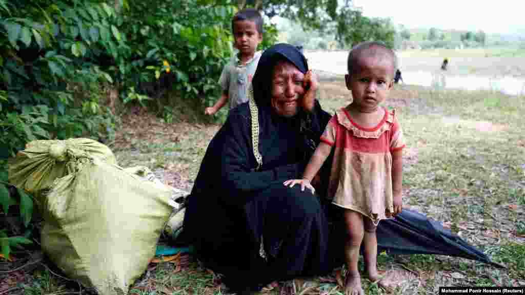 Балалы рохинджа хатыны Бангладеш полициясе тоткарланганнан соң елап утыра.