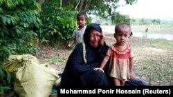 Рохинжа качкыны балдары менен Мьянма менен Бангладеш ортосундагы дарыя жээгинде. 1- сентябрь.