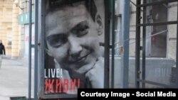 Într-o stație de autobuz la Moscova un afiș cerînd eliberrarea Nadejdei Savcenko