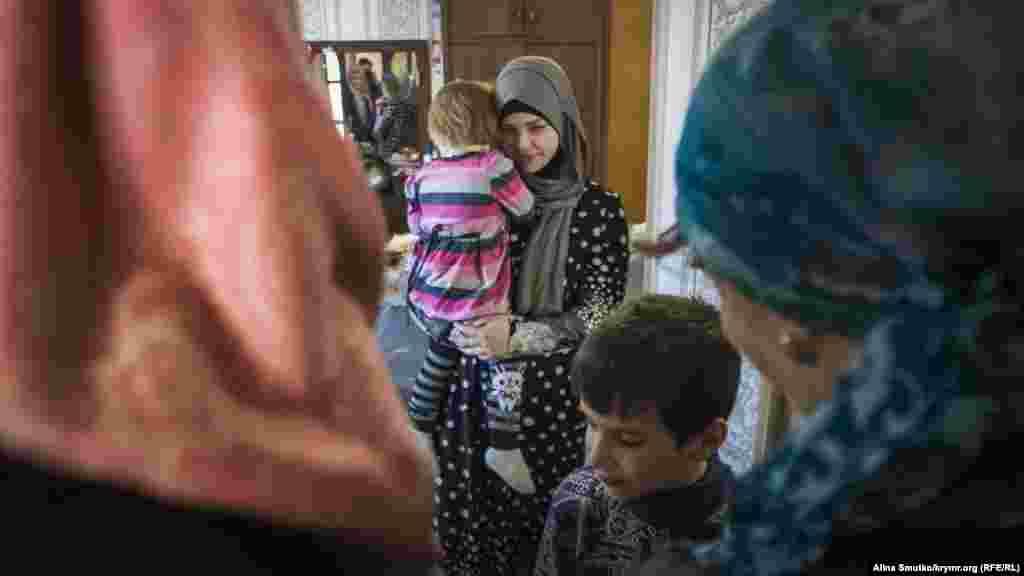 Дочь Муслима Алиева, держит на руках Амиру, дочку Вадима Сирука