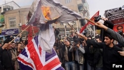 Архивска фотографија: Ирански демонстранти палат британско знаме.