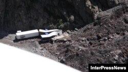 На этом участке дороги в 2014 году дважды – в мае и августе – сходили селевые потоки, в результате чего погибли люди. В обоих случаях оползень сошел с ледника Девдорак и перекрыл ущелье реки Терек