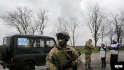 Украинские военнослужащие и представители ОБСЕ в Донецкой области. Иллюстративное фото.
