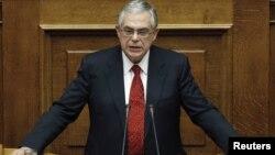 Премьер-министр Греции Лукас Пападимос выступает в парламенте