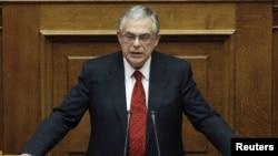 Премьер-министр Греции Лукас Пападимос выступает в парламенте. Афины, 16 ноября 2011 года.