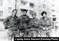 Юры Нікіцін (зьлева) і Алег Ляшэнка (справа) зь сябрамі