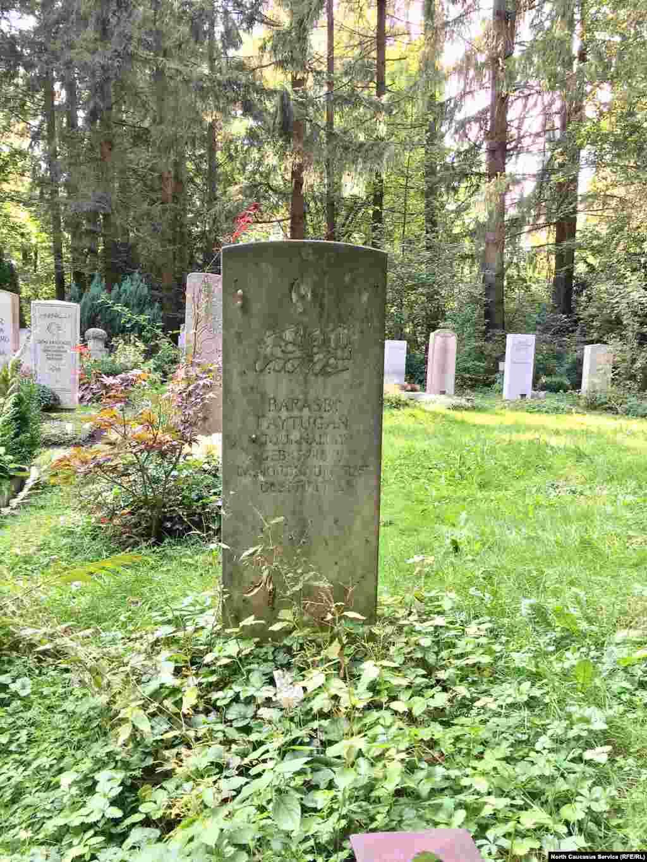 """Барасби Байтуган, в эмиграции с 1922 года, в1930 году издавал в Варшаве журнал """"Горцы Кавказа"""", в 1934 году переименованный в """"Северный Кавказ"""". В послевоенное время жил в Лондоне. В 1953 году вернулся в Германию"""