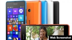 """Microsoft"" kompaniýasynyň iki sim kartaly ""Lumia 540' smartfon modeli."