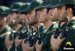 Бойцы Корпуса Стражей исламской революции на параде в Тегеране