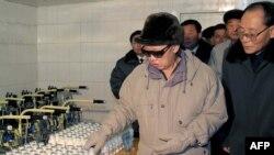 Түндүк Кореянын көсөмү Ким Чен Ир жаңы курулган сүт фермада.