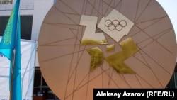 Памятник олимпийской медали. Алматы, 15 августа 2012 года.