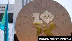 В Алматы появился памятник олимпийской медали. 15 августа 2012 года. Фото автора.