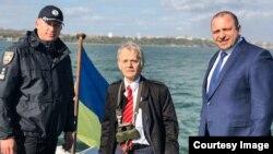 Лидер крымскотатарского народа, народный депутат Украины Мустафа Джемилев (в центре) и Рустем Умеров