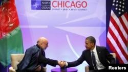 Встреча Барака Обамы (справа) и Хамида Карзая в рамках саммита НАТО