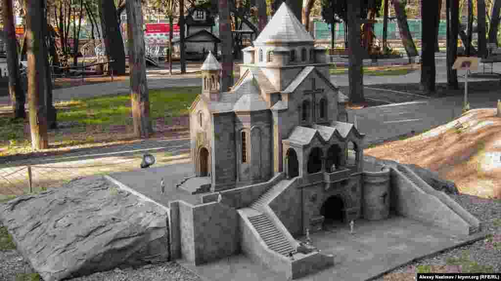 Вірменська церква в Ялті. Будівля, побудована в 1909-1914 роках архітектором Тер-Мікеловим за ескізами відомого художника Вардгеса Суренянця, стоїть на крутому схилі пагорба