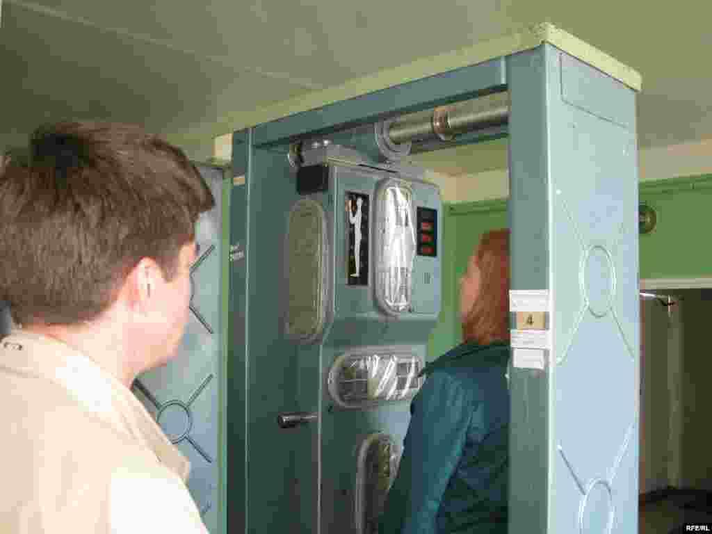 Контрольно-дозиметричний пункт. Тут відбувається обов'язкова процедура радіаційного контролю при виїзді з «зони».