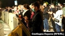 """Миряните пред """"Св. Александър Невски"""" трябваше да застанат зад специалните ограждания, а празничната служба, отслужена от патриарх Неофит се проведе на открито пред храма"""