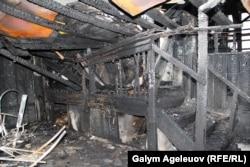 Внутри сгоревшего дома на улице Жамбыла Тобаякова в Алматы.