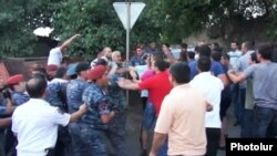 Armenia - Rresidents of Sari Tagh neighborhood of Yerevan clash with riot police, 19 July 2016