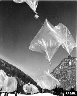 Коммунисттик өлкөлөрдө тыюу салынган адабият 1953--1956-жылдары Батыш Германиядан Чыгыш Европага аба толтурулган баллон аркылуу да учурулуп турган.