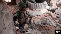 جندي عراقي في مبنى مدمّر بتكريت