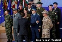 Президент Емманюель Макрон вітає начальника штабу сил Євросоюзу в Брюсселі