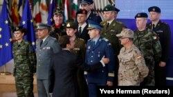 Presidenti francez, Emmanuel Macron duke përshëndetur forcat ushtarake të vendeve të Bashkimit Evropian